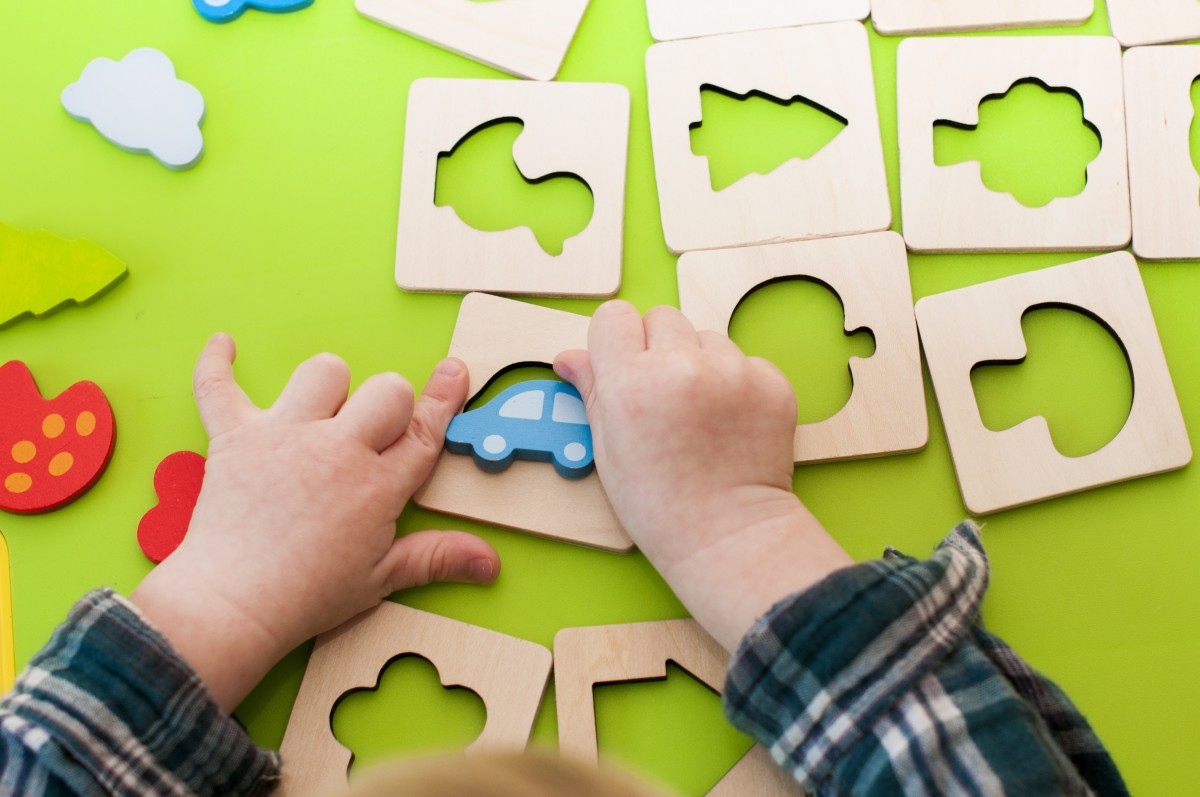 enfant qui joue au puzzle logique